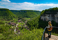 Frankreich, Bourgogne-Franche-Comté, Département Jura, Baume-les-Messieurs: klassifiziert als eines der schoensten Doerfer Frankreichs (Plus beaux villages de France) - Ausblick von 'Granges-sur-Baume' ueber Baume und den Talkessel Cirque de Baume | France, Bourgogne-Franche-Comté, Département Jura, Baume-les-Messieurs: classified as one of France's most beautiful villages (Plus beaux villages de France) - view from Granges-sur-Baume across village Baume and circular deep valley Cirque de Baume