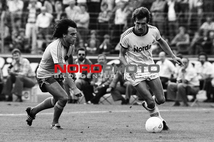 BS-Bremen. Aus 1. BL Saison 1977-78 Eintracht Braunschweig gegen Werder Bremen 2:0 am 03.09.1977. Im Foto BS Spieler Wolfgang Frank gegen Karlheinz Geils ??.                                                                                                    Foto:  nph / Rust