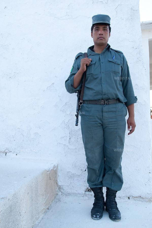 AFGHANISTAN - MAZAR-E CHARIF - 7 aout 2009 : Stade de Mazar-e Charif ou doit avoir lieu un concert gratuit du chanteur afghano-americain, Farhad Darya. .Policier afghan. ..AFGHANISTAN - MAZAR-E CHARIF - August 7th, 2009 : At the Mazar-e Charif stadium, where popular Afghan-American singer Farhad Darya will give a free concert. .Afghan police officer.