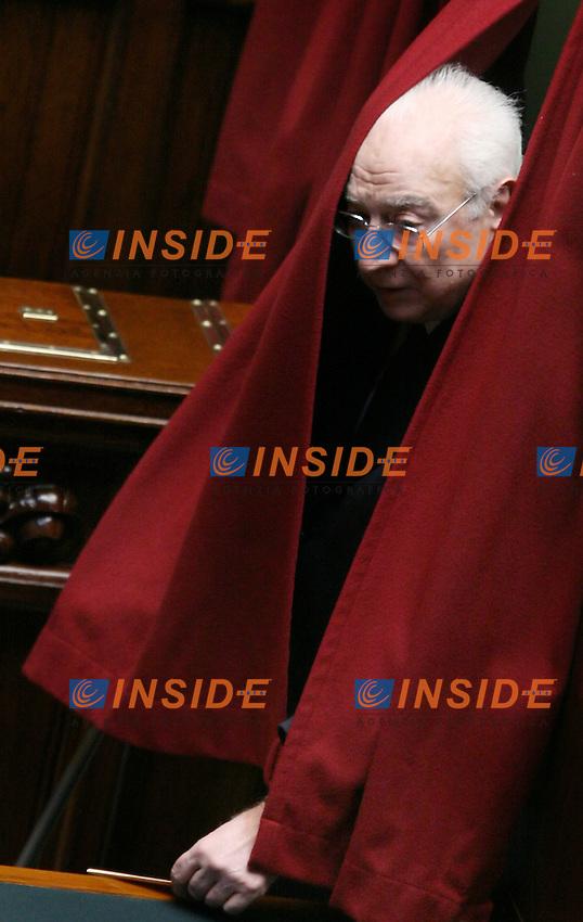Roma, 10 maggio 2006: Camera dei Deputati, all'ordine del giorno la votazione per l'elezione del Presidente della Repubblica<br /> <br /> Nella foto: il senatore a vita  Francesco Cossiga durante la votazione.<br /> <br /> Photo: Serena Cremaschi Insidefoto