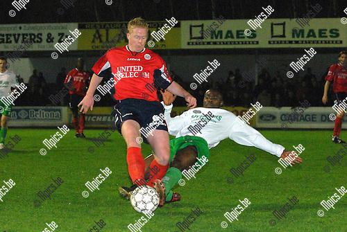 2007-03-31 / KFC Dessel-Sport - KVSK United: Bula Bula Alafu van Dessel teckelt de bal weg voor de voeten van Harm Luyten van United (links)