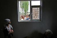 TURCHIA Kurdistan  Dogubayazit  Scuola coranica, ragazzina osserva da una finestra dei ragazzi con una colomba in mano,