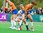 BLOEMENDAAL -   Carmel Bosch (Bldaal) met Gabi Nance (Pin)   , Libera hoofdklasse hockey Bloemendaal-Pinoke (0-0). COPYRIGHT KOEN SUYK