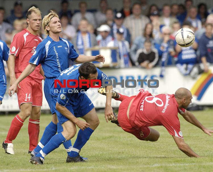 RLN 2006/2007 - 6.Spieltag Hinrunde Kickers Emden - SV Wilhelmshaven 3:1 fŁr Whv<br /> Andreas Meyer (SV Whv) verstolpert, dahinter Michael KŁmmerle <br /> <br /> <br /> <br /> Foto &copy; nordphoto