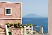 ITA, Italien, Sizilien, Liparischen Inseln, Insel Alicudi: typisches Wohnhaus, im Hintergrund die Schwesterinsel Filicudi | ITA, Italy, Sicily, Aeolian Islands or Lipari Islands, island Alicudi: typical residential building, background island Filicudi