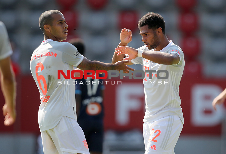 Jubel von Torschuetze Serge Gnabry #22 von FC Bayern Muenchen mit Thiago Alcantara #6 von FC Bayern Muenchen<br />