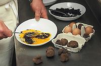 """Europe/France/Midi-Pyrénées/46/Lot/Causse de Limogne/Lalbenque: Préparation de l'omelette aux truffes au restaurant """"Le Lion d'Or"""""""