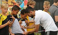 Ilkay Gündogan (Deutschland Germany) gibt den wartenden Fans Autogramme und macht Selfies - 04.06.2019: Training der Deutschen Nationalmannschaft zur EM-Qualifikation in Venlo/NL