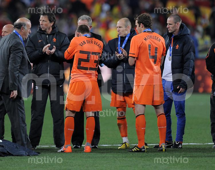 FUSSBALL WM 2010  FINALE   11.07.2010 Holland - Spanien Rafael VAN DER VAART, Arjen ROBBEN und Joris MATHIJSEN (v.l. alle Holland) sind nach dem Abpfiff enttaeuscht