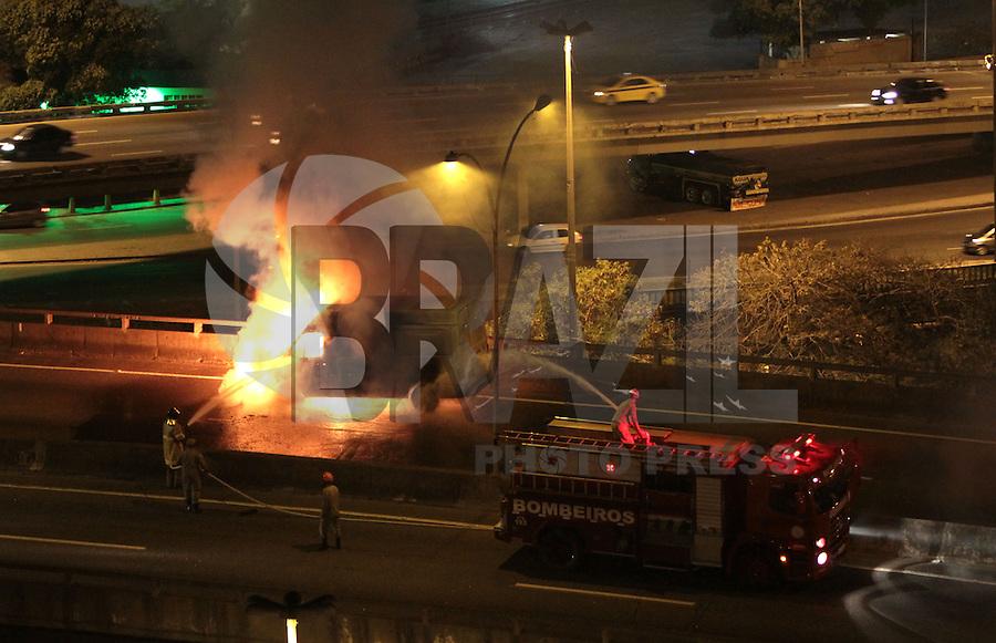 RIO DE JANEIRO, RJ, 15 SETEMBRO 2013 - INCÊNDIO VAN DE CARGA   - Um van de carga pegou fogo no viaduto Rufino de Almeida Pizarro que liga a linha vermelha ao viaduto da Paulo de Frontin no centro do rio nesse sábado 15. (FOTO: LEVY RIBEIRO / BRAZIL PHOTO PRESS)