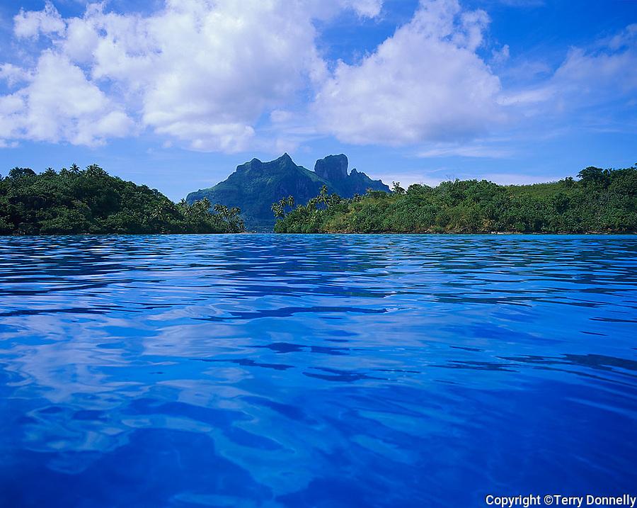 Bora Bora, French Polynesia: <br /> Bora Bora's volcanic Mts Hue, Pahia and Otemanu between Motu Toopua and Motu Toopua Iti from blue tropical lagoon