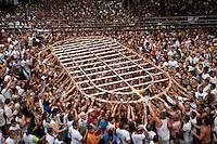 Promesseiros levam réplica, barcos e casas de miriti em pagamento por uma graça alcançada durante o Círio em homenagem a Nossa Senhora de Nazaré.14/10/2012Belém, Pará, Brasil.Foto Paulo Santos/Interfoto