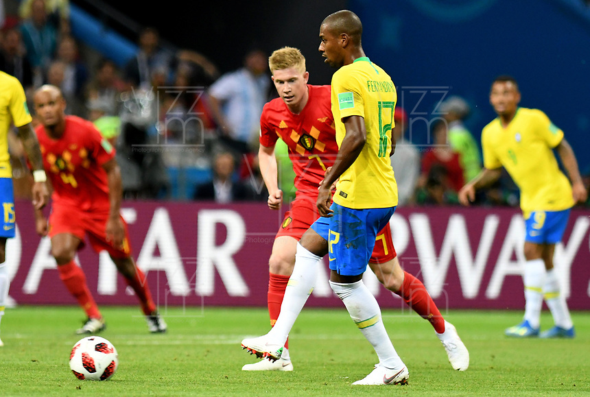 KAZAN - RUSIA, 06-07-2018: FERNANDINHO (Der) jugador de Brasil disputa el balón con Kevin DE BRUYNE (Izq) jugador de Bélgica durante partido de cuartos de final por la Copa Mundial de la FIFA Rusia 2018 jugado en el estadio Kazan Arena en Kazán, Rusia. / FERNANDINHO (R) player of Brazil fights the ball with Kevin DE BRUYNE (L) player of Belgium during match of quarter final for the FIFA World Cup Russia 2018 played at Kazan Arena stadium in Kazan, Russia. Photo: VizzorImage / Julian Medina / Cont
