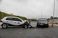 SÃO PAULO, SP, 28.04.2017 - ACIDENTE-SP - Carro colide de frente e deixa 4 ferido próximo a o metrô de Corinthians Itaquera, na região leste da cidade de São Paulo, nesta sexta-feira (28). (Foto Nelson Gariba / Brazil Photo Press)