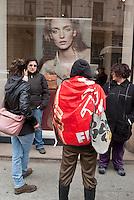 Milano, sciopero generale proclamato dalla CGIL per protestare contro il governo Monti e la riforma del lavoro. Delle manifestanti di fronte alla vetrina di un negozio di abbigliamento --- Milan, general strike proclaimed by CGIL trade union, as a protest against the government and the labor reform. Protesters in front of the window of a clothing store