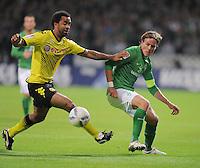 FUSSBALL   1. BUNDESLIGA   SAISON 2011/2012    9. SPIELTAG  14.10.2011 SV Werder Bremen - Borussia Dortmund                  Patrick Owomoyela (li, Borussia Dortmund) gegen Clemens Fritz (SV Werder Bremen)