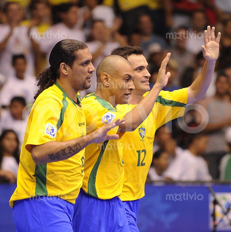 Fussball  International  FIFA  FUTSAL WM 2008   08.10.2008 Vorrunde Gruppe A Brasilien - Cuba Brazil - Cuba Betao, Ari und Falco  (von links, BRA) jubeln nach einem Tor