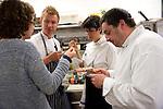 Jonatan Norberg, Aizpea Oihaneder y Felix Garrido durante el encuentro en jovenes cocineros vascos (Sukatalde) y cocineros suecos