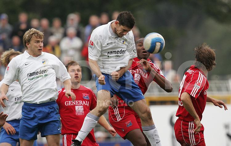 Jena , 151006 , Saison 2006/2007 ; Fussball 2.Bundesliga FC Carl Zeiss Jena - SV Unterhachingen  Sebastian HELBIG (l.) und Kevin SCHLITTE (Jena) spielt den Ball gegen Egiakhin Darlington OMODIAGBE (Unterhachingen)