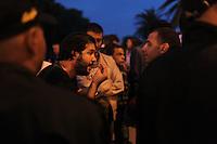 23 ottobre 2011 Tunisi, elezioni libere per l'Assemblea Costituente, le prime della Primavera araba: due uomini discutono la sera dei festeggiamenti per la vittoria del partito Enhada.<br /> premieres elections libres en Tunisie octobre <br /> tunisian elections antiislamisti manifestano contro il risultato