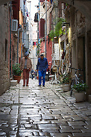 Croatia, Istria, Rovinj - Perl of Istria: old town lane, cobble stone pavement | Kroatien, Istrien, Rovinj - die Perle Istriens: Altstadtgasse mit Kopfsteinpflaster