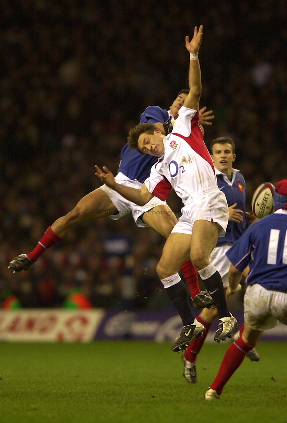 Photo. Richard Lane. .England v France at Twickenham. RBS Six Nations Championship. 15/02/2003.Dan Luger gets up for a high ball.