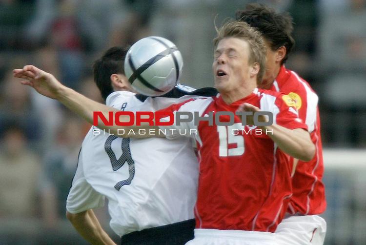 U21 - EM 2004 - Gruppe B<br /> <br /> Deutschland vs. Schweiz<br /> <br /> Benjamin Auer (links) von Deutschland im Zweikampf mit <br /> <br /> Philippe Montandon (rechts) von der Schweiz.<br /> <br /> Foto &copy; nordphoto - Ruediger Lampe<br /> <br /> <br /> <br /> <br /> <br /> <br /> <br />  *** Local Caption *** Foto ist honorarpflichtig! zzgl. gesetzl. MwSt.<br /> <br />  Belegexemplar erforderlich<br /> <br /> Adresse: nordphoto<br /> <br /> Georg-Reinke-Strasse 1<br /> <br /> 49377 Vechta