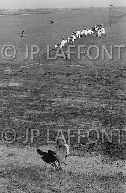 Cummins, AR - February 3rd 1968<br /> A &lsquo;Trusty&rsquo; on horseback holds a rifle while supervising fellow inmates work at the Cummins Unit of the Arkansas State Penitentiary. Life at the prison was unusually harsh and the prison came under fire for crimes against humanity inclosing a prison hospital, which doubled as a torture chamber. <br /> Cummins, Arkansas. 3 f&eacute;vrier 1968.<br /> Cet homme arm&eacute;, sur son cheval, est un prisonnier en fin de peine. On les appelle les &laquo;Trusties &raquo; qui se traduit par &laquo; hommes de confiance &raquo;. Quelques mois avant leur sortie de prison, les lib&eacute;rables deviennent gardiens de leurs coreligionnaires. Ils ont sur eux le pouvoir de vie et de mort.