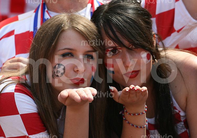 Fussball WM 2006  Gruppenspiel  Vorrunde Japan - Kroatien Zwei kroatische Fans auf der Tribuehne