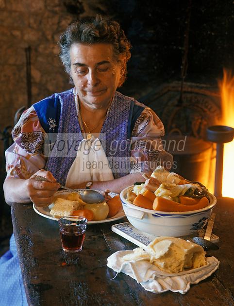 Europe/France/Midi-Pyrénées/46/Lot/Env de Lacave: Georgette mange la mique - AUTORISATION N°A11<br /> PHOTO D'ARCHIVES // ARCHIVAL IMAGES<br /> FRANCE 1990