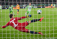 Maximilian ARNOLD, WOB 27  -  Oliver BAUMANN, goalkeeper Hoff 1  <br /> VFL WOLFSBURG - TSG 1899 HOFFENHEIM 1-1<br /> Football 1. Bundesliga , Wolfsburg,22.10.2017, 9. match day,  2017/2018, 1.Liga, 1.Bundesliga<br />  *** Local Caption *** © pixathlon<br /> Contact: +49-40-22 63 02 60 , info@pixathlon.de