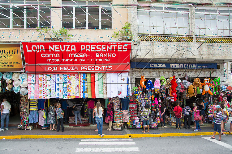 Comércio de artigos religiosos ao redor da Matriz Basílica no centro da cidade, Aparecida - SP, 10/2016.