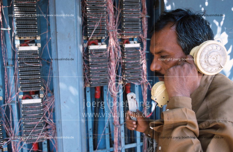 INDIA Bangalore, employee of telephone company checking wiring / INDIEN Bangalore, Mitarbeiter der indischen Telefongesellschaft an einem Schaltkasten