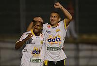SAO PAULO SP, 31 Julho 2013 - PORTUGUESA  X CRICIUMA - Jogadores   do Criciuma comemoram gol durante partida contra a portuguesa  valida pelo campeonato brasileiro de 2013  no Estadio do Caninde em  Sao Paulo, nesta quarta, 31. (FOTO: ALAN MORICI / BRAZIL PHOTO PRESS).