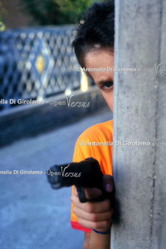 Bambini giocano con armi giocattolo. Children play with toy weapons....