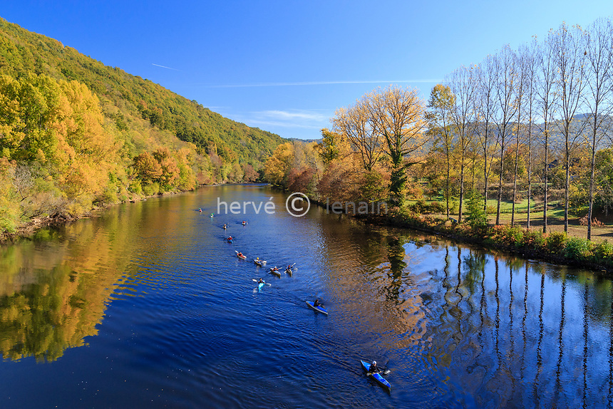France, Correze, Dordogne valley, between Argentat and Beaulieu sur Dordogne, Monceaux sur Dordogne, kayakers on the Dordogne river in autumn // France, Corrèze (19), vallée de la Dordogne entre Argentat et Beaulieu-sur-Dordogne, Monceaux-sur-Dordogne, kayakistes sur la Dordogne en automne