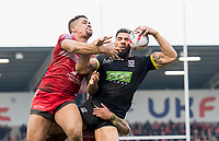 Picture by Allan McKenzie/SWpix.com - 07/04/2018 - Rugby League - Betfred Super League - Salford Red Devils v Warrington Wolves - AJ Bell Stadium, Salford, England - Warrington's Ryan Atkins wins the jump ball from Salford's Derrell Olpherts.