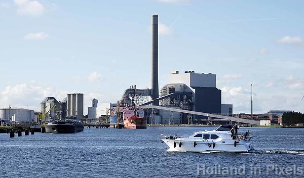 Nederland - Amsterdam - 2018.Plezierjacht op het Noorzeekanaal. Op de achtergrond de NUON Centrale aan de Heweg. Foto Berlinda van Dam / Hollandse Hoogte.
