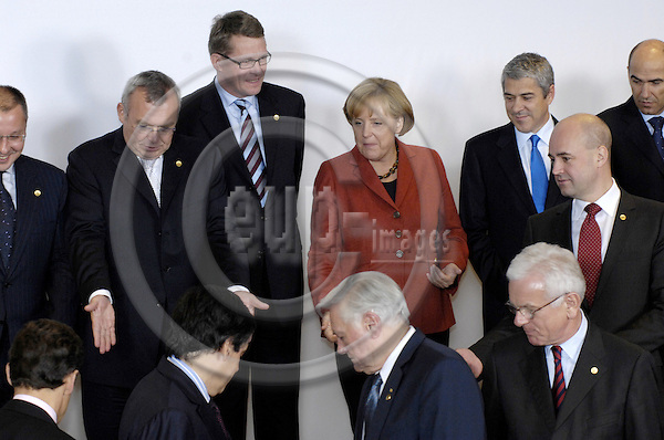 Brussels-Belgium - 15 October 2008---European Council, EU-summit under French Presidency; here, family photo with i.a. Alfred GUSENBAUER (le), Federal Chancellor of Austria; Matti VANHANEN (2.le), Prime Minister of Finland; Angela MERKEL (ce), Federal Chancellor of Germany; José SÓCRATES (Jose Socrates) (2.ri), Prime Minister of Portugal, Fredrik REINFELDT (ri), Prime Minister of Sweden---Photo: Horst Wagner / eup-images