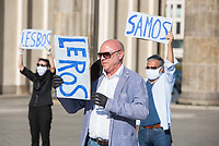 """Mehrere Menschenrechts- und Fluechtlingsorganisationen haben auf einer Kundgebung am Donnerstag den 23. April 2020 in Berlin von den EU-Staaten die rasche Aufnahme von Fluechtlingen aus Griechenland gefordert. Die Camps auf den griechischen Inseln muessten angesichts der Corona-Krise sofort aufgeloest werden, denn sie drohten zu """"pandemischen Hotspots"""" zu werden, hiess es in einem Aufruf des Republikanischen Anwaeltinnen- und Anwaeltevereins (RAV). Dazu fand am Donnerstag in Berlin eine Kundgebung statt, die live im Internet uebertragen wurde. Daran beteiligten sich unter anderem auch Vertreter von Amnesty International, vom European Center for Constitutional and Human Rights (ECCHR), vom Unteilbar-Buendnis sowie Vertreter weiterer Organisationen.<br /> Die Kundgebung fand mit 20 Personen unter den strengen Auflagen anlaesslich der Covid-19-Pandemie statt.<br /> Im Bild: Ulrich Schneider, Hauptgeschaeftsfuehrer des Paritaetischen Gesamtverband.<br /> 23.4.2020, Berlin<br /> Copyright: Christian-Ditsch.de<br /> [NUR FUER REDAKTIONELLE ZWECKE! Werbung nur auf Anfrage beim Fotografen. Inhaltsveraendernde Manipulation des Fotos nur nach ausdruecklicher Genehmigung des Fotografen. Vereinbarungen ueber Abtretung von Persoenlichkeitsrechten/Model Release der abgebildeten Person/Personen liegen nicht vor. NO MODEL RELEASE! Don't publish without copyright Christian-Ditsch.de, Veroeffentlichung nur mit Fotografennennung, sowie gegen Honorar, MwSt. und Beleg. Konto: I N G - D i B a, IBAN DE58500105175400192269, BIC INGDDEFFXXX, Kontakt: post@christian-ditsch.de<br /> Bei der Bearbeitung der Dateiinformationen darf die Urheberkennzeichnung in den EXIF- und  IPTC-Daten nicht entfernt werden, diese sind in digitalen Medien nach §95c UrhG rechtlich geschuetzt. Der Urhebervermerk wird gemaess §13 UrhG verlangt.]"""