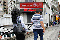 SAO PAULO,SP, 03.11.2015 - IMPOSTOMETRO-SP - Vista do Impostômetro na rua Boa Vista, zona central da cidade de São Paulo, nesta terça-feira, 03. (Foto: Douglas Pingituro/Brazil Photo Press)