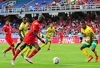 CALI- COLOMBIA - 17 - 09 - 2017: Cristian Martínez Borja (Izq.) jugador del América de Calil disputa el balón con Eddie Segura (Der.) jugador del Atlético Huila   durante partido entre América de Cali  y  el Atlético Huila , de la fecha 12 por la Liga Aguila II 2017 en el estadio Pascual Guerrero de Cali. / Cristian Martinez Borja  (L), player of America de Cali   vies for the ball with Eddie Segura (R) player of Atletico Huila  , during a match of the date 12nd for the Liga Aguila II 2017 at the Pascual Guerrero Stadium in Cali city. Photo: VizzorImage  / Nelson Rios  / Cont.