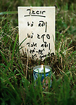 Oświęcim 22.04.1990. Marsz Żywych. Teren byłego obozu koncentracyjnego Auschwitz II. Symboliczny przemarsz tzw. drogą śmierci (3 kilometrowa trasa z Auschwitz do Birkenau).