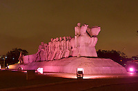 """SÃO PAULO, SP, 01.10.2014 – OUTUBRO ROSA - Monumento as Bandeiras iluminado com a cor rosa na noite desta quarta feira para participar da campanha """"Outubro Rosa"""", movimento que acontece em todo o mundo para chamar a atenção sobre a importância do diagnóstico precoce do câncer de mama e do colo de útero. (Foto: Levi Bianco / Brazil Photo Press)."""