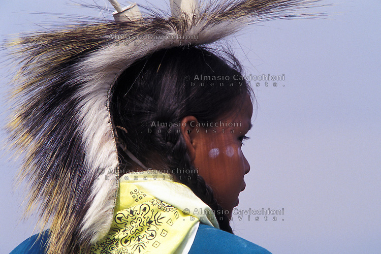 Nativo Americano LAKOTA SIOUX con il copricapo tradizionale.LAKOTA SIOUX native American wearing traditional headdress