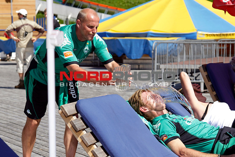 FBL 08/09 Trainingslager  Werder Bremen - 2008 Schruns / &Ouml;sterreich  - Day <br /> <br /> Feature <br /> <br /> Am Freitag mittag fuhr der Bremer Trainerstab und der F&uuml;hrung von Thomas Schaaf ( Bremen GER - Trainer  COACH) und J&uuml;rgen L. Born (Vorsitzender der Gesch&auml;ftsf&uuml;hrung und Gesch&auml;ftsf&uuml;hrer Finanzen und &Ouml;ffentlichkeitsarbeit) mit der Hochjochbahn auf den Berg.<br /> <br /> Michael Kraft ( Bremen - TW - Trainer GER ) nutze die &Ouml;glichkeit in der Sonne zu einer Pause, doch das konnte sich Thomas Schaaf ( Bremen GER - Trainer  COACH) nicht entgehen lassen und weckte ihn unsanft mit einem Glas Wasser<br /> <br /> Foto &copy; nph (nordphoto )<br /> <br /> <br /> <br />  *** Local Caption ***