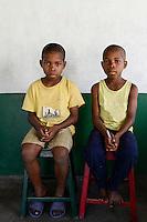MADAGASCAR, Mananjary, tribe ANTAMBAHOAKA, fady, according to the rules of their ancestors twin children are a taboo and not accepted in the society, the orphanage TSARAZAZA Center takes care for abandoned twins  / MADAGASKAR, Zwillinge sind ein Fady oder Tabu beim Stamm der ANTAMBAHOAKA in der Region Mananjary, Waisenhaus TSARAZAZA Center betreut Zwillingskinder die ausgesetzt oder von ihren Eltern abgegeben wurden, Zwillinge PIERRE (links) und ANDRÉ (rechts)