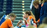 LEIPZIG -   Blessure aan haar neus bij Mila Muyselaar  tijdens de kwartfinale tussen de vrouwen van Nederland en Oekraine (1-0)  bij het WK Zaalhockey . links fysio Remco Marbus.  COPYRIGHT KOEN SUYK
