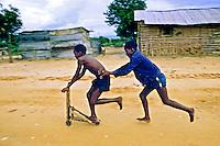 Crianças brincando em Luanda. Angola. 1988. Foto de Ricardo Azoury.