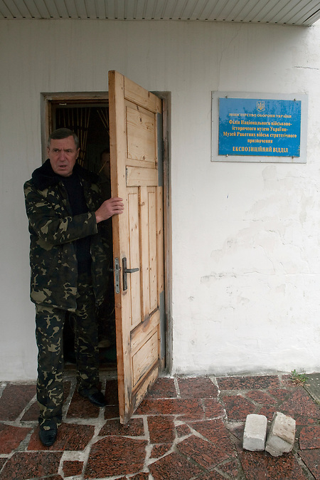 "Schild am Museum: ""Teil des Militärhistorischen Museums der Ukraine"". / Sign on the museum  ""Branch of the Ukrainian military history museum. Museum of the Strategic Missile Forces"""